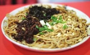 荤燃面:Noodles with peanuts, onion,suace直译为:(面条+花生+洋葱+辣酱)