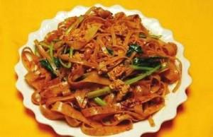 干担面:Spicy noodles (with no broth)直译为:(辛辣的面不加汤)