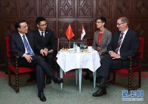 李总理在德国的翻译也是这位眼镜帅哥,德国的官方语言是德语,看来他应该是总理随行的德语翻译啦!!