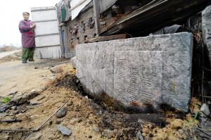 民居前发现俄文石碑 外教翻译俄文猜其是墓碑