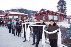 菊美多吉(右二)带领乡干部祝贺拉日村村民喜迁新居。