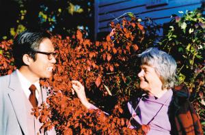 1985年海伦和安危(左)在亲切交谈 (资料图片)