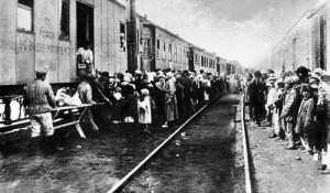 上世纪20年代,通过火车,囚犯被源源不断地放逐到西伯利亚的劳工矫正营区(古拉格)。 CFP供图