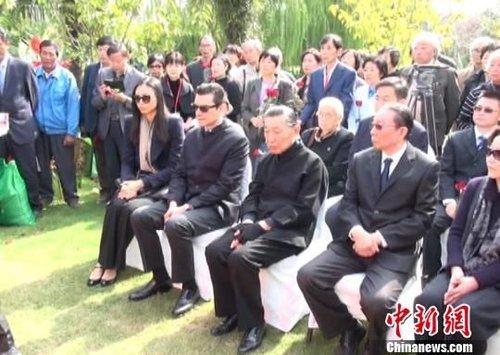 傅雷朱梅馥夫妇骨灰安葬仪式今举行,图为傅雷亲朋出席安葬仪式。